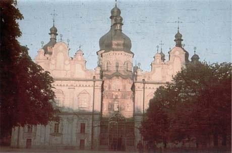 Среди других кадров, Хёхле, как настоящий турист, не забыл запечатлеть местные архитектурные достопримечательности. Это западный фасад Киево-Печерской Лавры. Монастырский храм был взорван позднее, 3 ноября 1941 года.